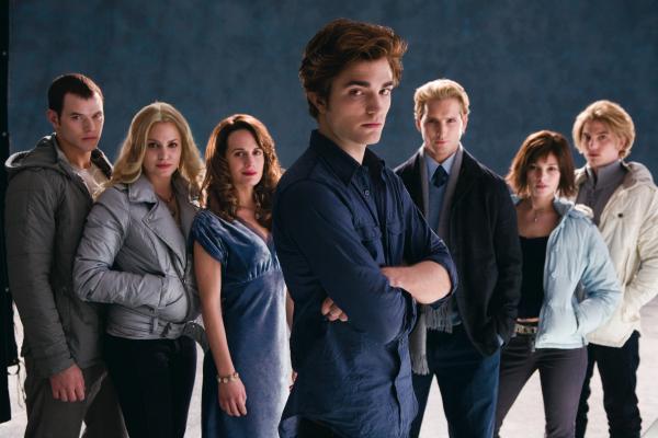 Emmet (Kellan Lutz), Rosalie (Nikki Reed), Esme (Elizabeth Reaser), Edward ( Robert Pattinson),  Carlisle (Peter Facinelli),  Alice (Ashley Greene) y Jasper (Jackson Rathbone)