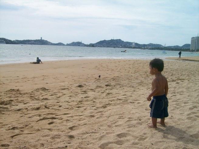 betito observando el mar