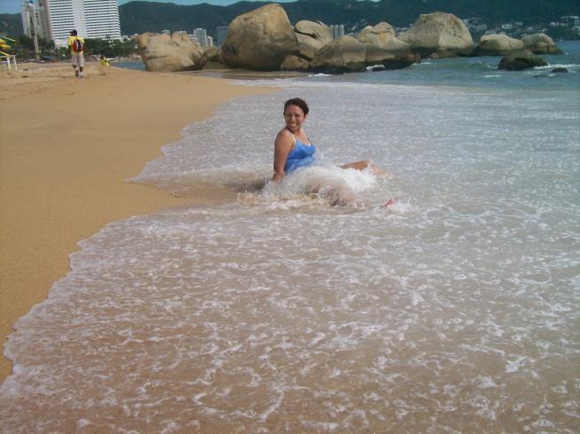 yo abrazada ((arrasada)) por el mar
